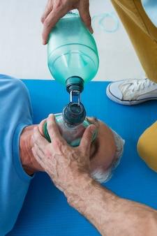 Sanitäter führt wiederbelebung am patienten durch