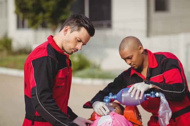 Sanitäter geben dem verletzten mädchen sauerstoff