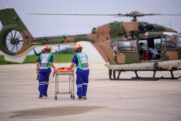 Sanitäter und ein mobiler fliegender krankenwagen, besser bekannt als lebensflug
