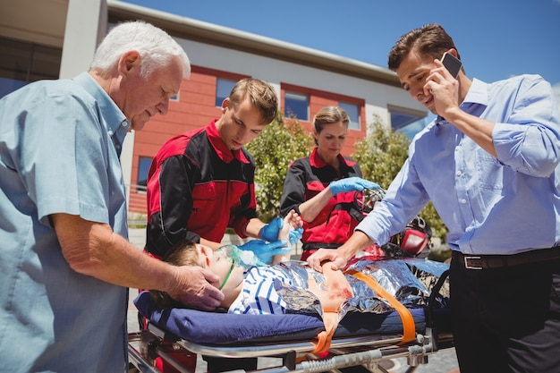 Sanitäter untersuchen verletzten jungen