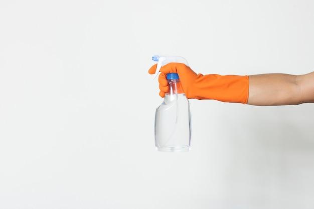 Sanitizer saubere lösung schützen virusbakterien covid-19 kontaminationsarbeiter tragen chemiker handschuh kopie-raum weißen hintergrund