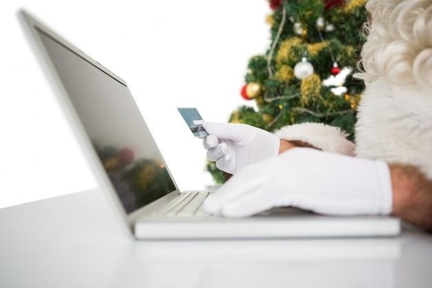 Sankt, die online mit laptop kauft