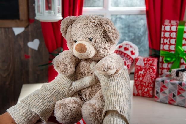 Sankt-frauenbeine mit teddybären, weihnachtsszene