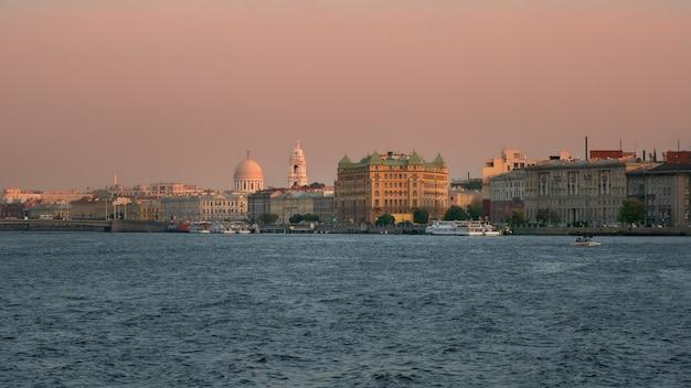 Sankt petersburg damm mit alter architektur am abend