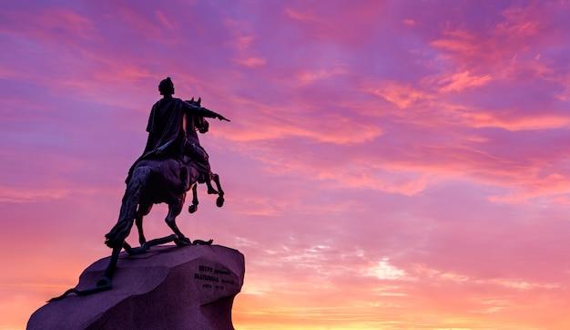 Sankt petersburg, russland. das bronzereiterdenkmal bei sonnenuntergang