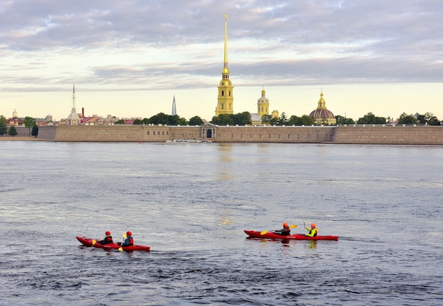 Sankt petersburg russland09012020 kajaks auf der newa ruderer segeln morgens