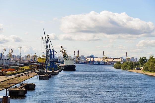 Sankt petersburg seehafen mit festgemachtem schiff