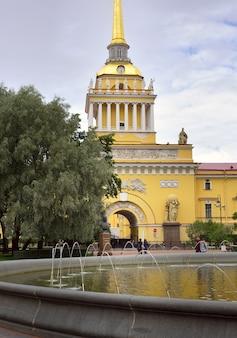 Sankt petersburgrussland09012020 alexandergarten am eingang zur admiralität