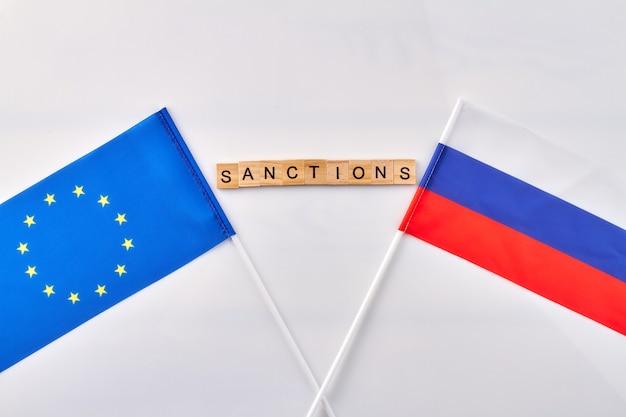 Sanktionen zwischen der eu und russland. weißer hintergrund des vertikalen schusses.
