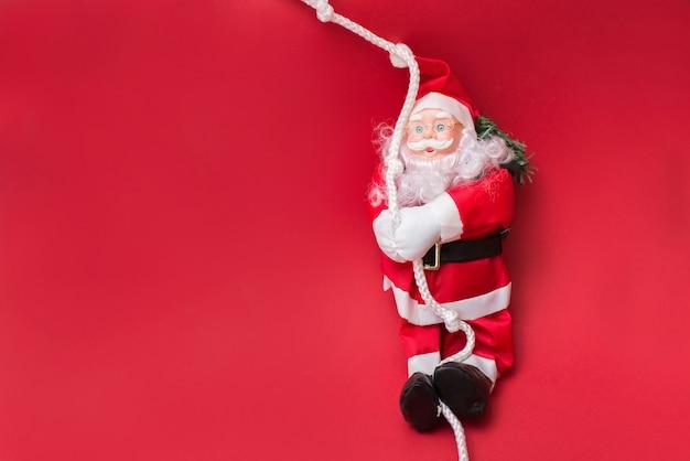 Santa claus auf rot mit copyspace, guten rutsch ins neue jahr