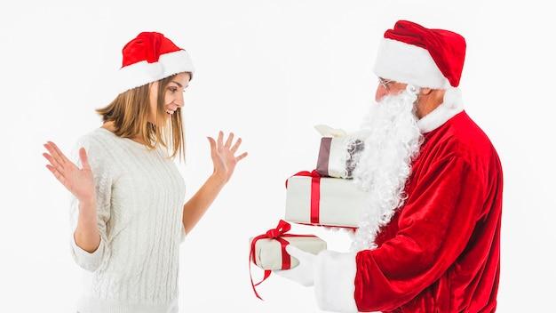 Santa claus, die der frau kleine geschenkbox gibt
