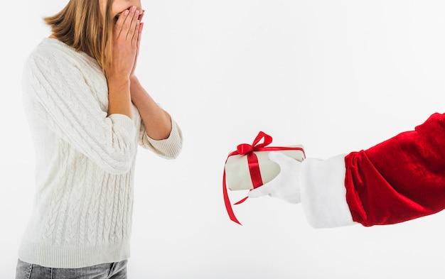 Santa claus, die der jungen frau geschenk gibt