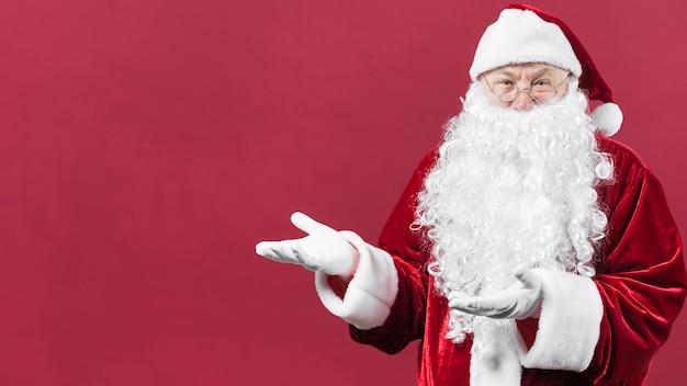 Santa claus, die etwas mit den händen zeigt