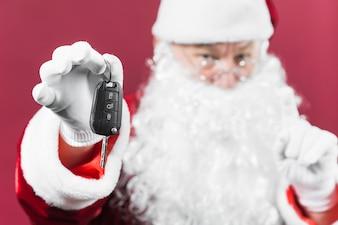 Santa Claus, die in der Hand Autoschlüssel hält
