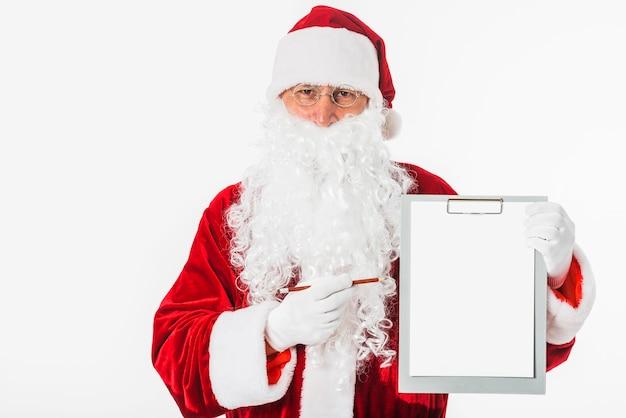 Santa claus, die leeres klemmbrett hält