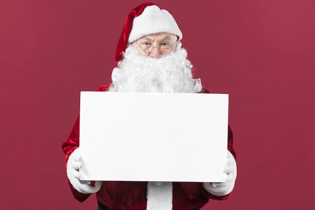Santa claus, die weißbuch in den händen hält