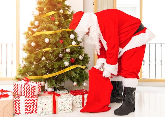 Santa claus geschenke aus der tasche herausnehmen