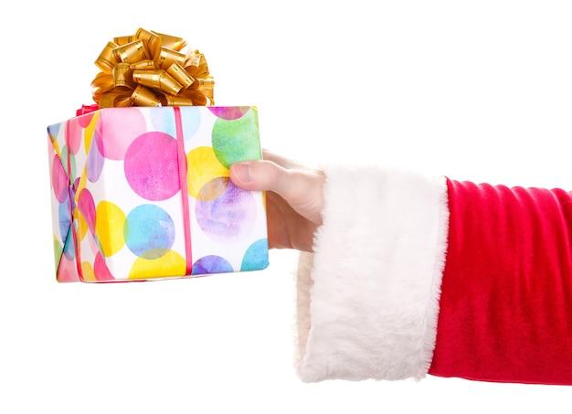 Santa claus hand hält geschenkbox isoliert auf weiss