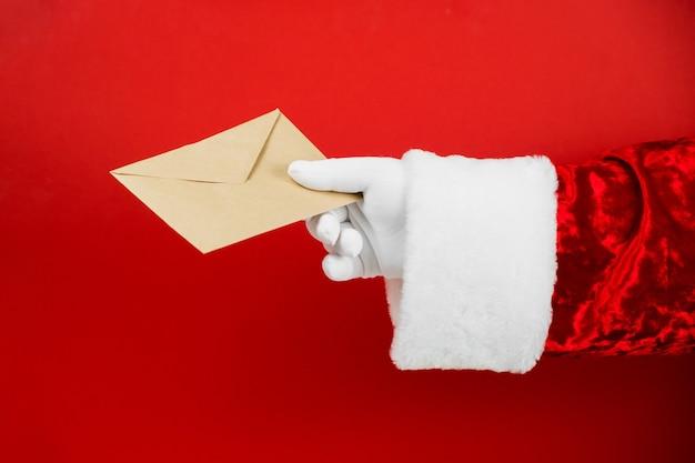 Santa claus hand halten handwerksumschlag mit brief