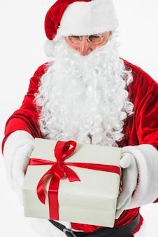 Santa claus im hut mit geschenkbox