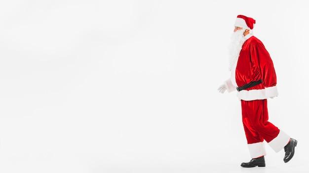 Santa claus im rot irgendwo gehend