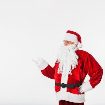 Santa claus im roten hut, der etwas mit der hand zeigt