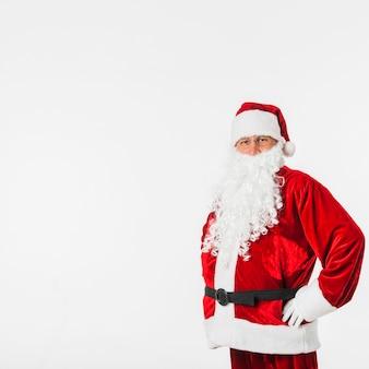 Santa claus im roten hut, der mit den händen auf hüften steht