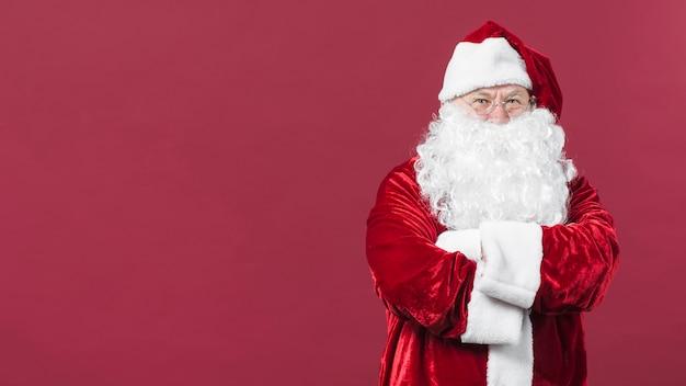 Santa claus in den gläsern, die arme auf brust kreuzen