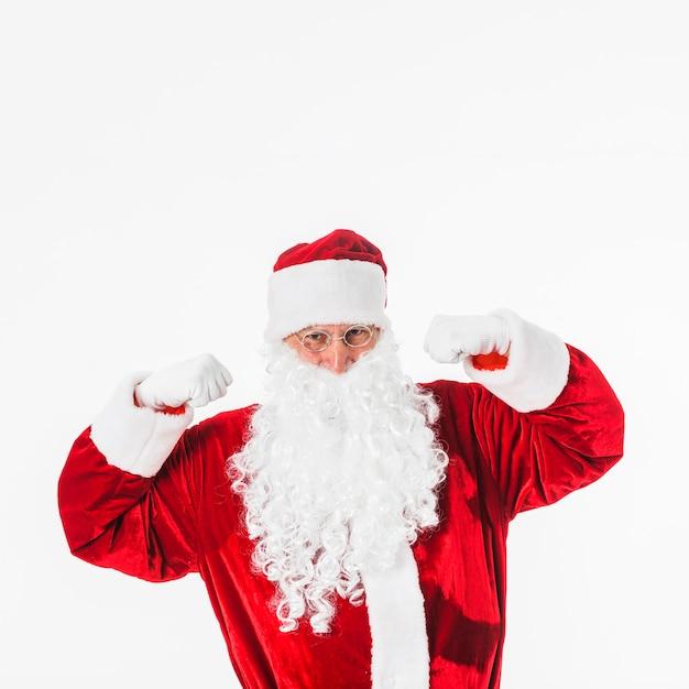 Santa claus in den gläsern, die fäuste zeigen