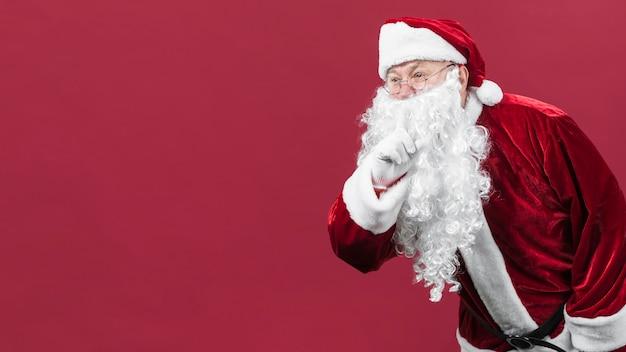 Santa claus in den gläsern, die geheime geste zeigen