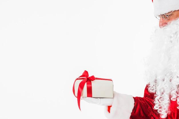 Santa claus in den gläsern, die geschenkbox halten