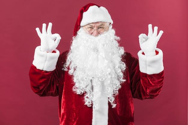 Santa claus in den gläsern, die okaygesten zeigen