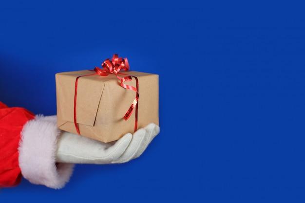 Santa claus in den weißen handschuhen, die geschenkbox halten