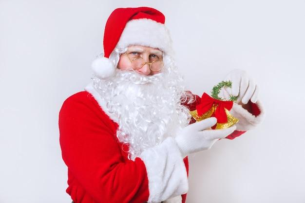 Santa claus läutet eine glocke auf einem weißen, weihnachtszeit,