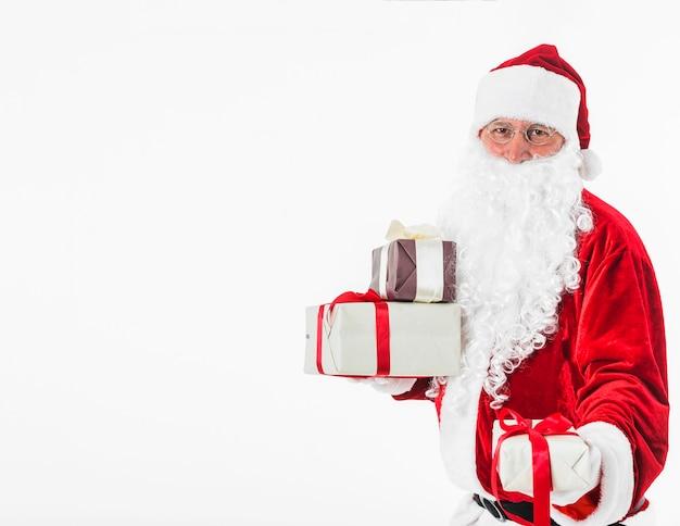 Santa claus mit geschenkboxen in händen
