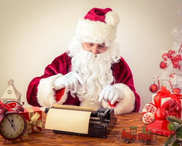 Santa claus pfund manuelle schreibmaschine. weihnachtsferienkonzept