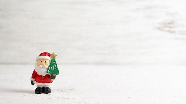Santa claus-puppe auf weiß mit kopienraum für weihnachten
