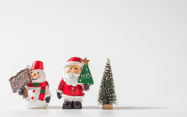 Santa claus, schneemann und weihnachtsbaum für weihnachtshintergrund