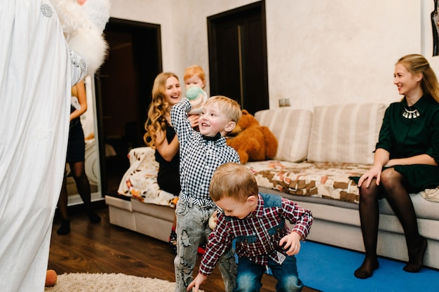 Santa claus und snow maiden brachten kindern geschenke. freudige kinder, die mit geschenken spielen. neujahrskonzept. fröhliche weihnachten. feiertags-, weihnachtsfamilien-, kindheits- und personenkonzept.