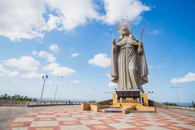 Santa cruz, brasilien - 12. märz 2021: die größte katholische statue der welt, die 56 meter hohe statue von santa rita de cassia, befindet sich im nordöstlichen hinterland. Premium Fotos