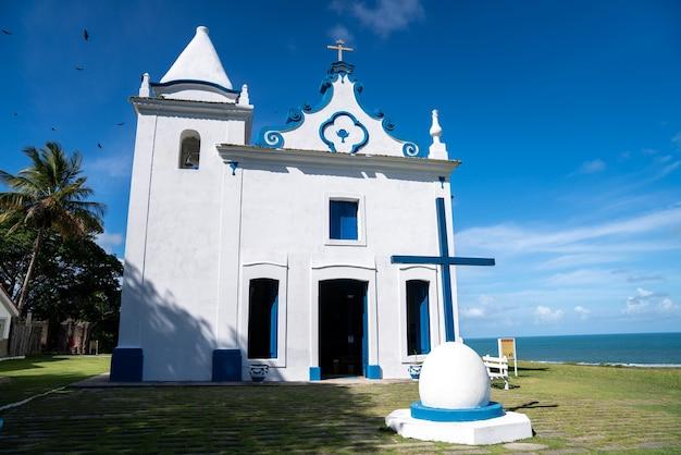 Santa cruz cabralia, bahia-brasilien - ca. januar 2021: luftaufnahme der kirche unserer frau der empfängnis in der stadt santa cruz cabralia im süden von bahia Premium Fotos