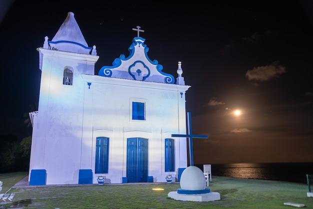 Santa cruz cabralia, bahia-brasilien - ca. januar 2021: luftaufnahme der kirche unserer frau der empfängnis in der stadt santa cruz cabralia im süden von bahia