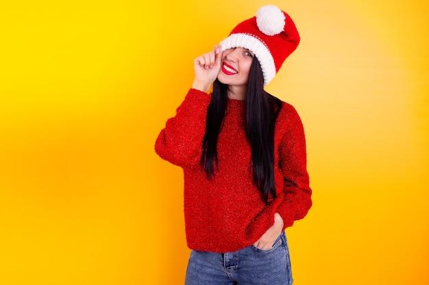 Santa frau weihnachtsporträt zeigen daumen nach oben. isoliertes weihnachtsporträt.