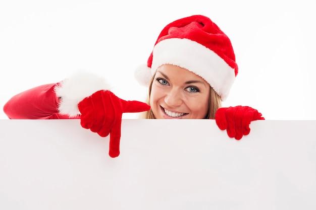 Santa frau zeigt auf leeres whiteboard
