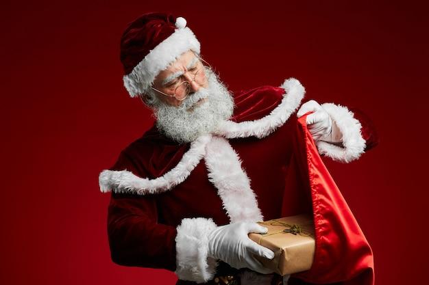 Santa holding sack mit geschenken