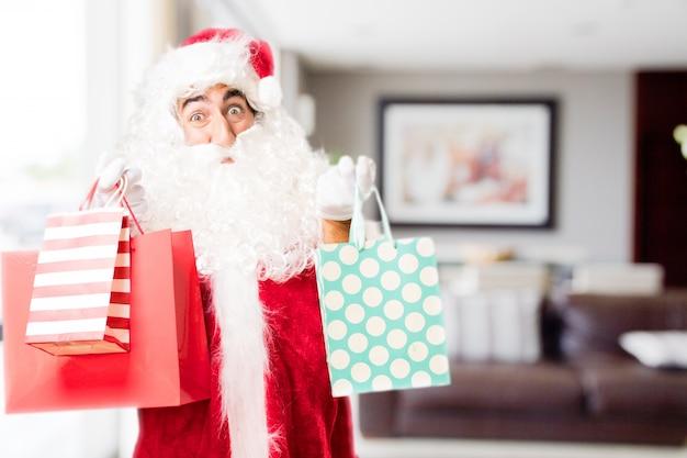 Santa mit einem einkaufstüten in einem haus