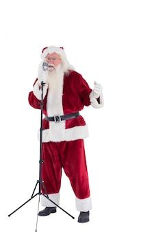 Santa singt wie ein superstar auf weißem hintergrund