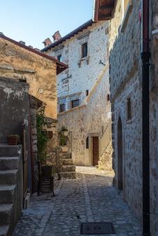 Santo stefano di sessanio mittelalterliche dorfdetails, historische steingebäude, alte gasse, alte stadtsteinarchitektur. abruzzen, italien.