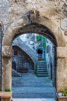 Santo stefano di sessanio mittelalterliche dorfdetails, historische steingebäude, altes tor, alte stadtsteinarchitektur. abruzzen, italien.