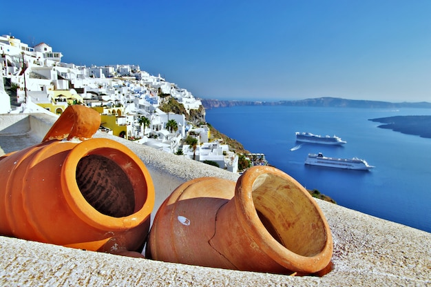 Santorini insel. blick mit alten keramiktöpfen und kreuzfahrtschiffen. griechenland reisen